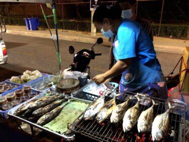 タイの移動屋台で「焼き魚」を買う。熱々&塩加減、おつまみにピッタリ!
