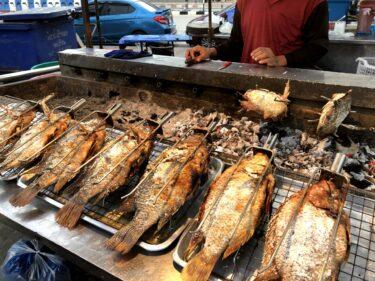 タイの塩焼き魚「プラーパオ」、グルグル焼かれたデカいお魚が美味!